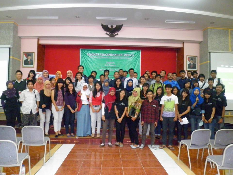 Pembicara Seminar Pengembangan Web Stikubank Semarang